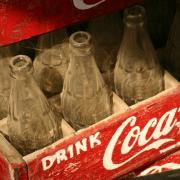 La Coca-cola no solo oculta su receta, sino también la horrible vida de su creador.
